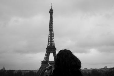 Admirando la Torre Eiffel en Paris, Francia